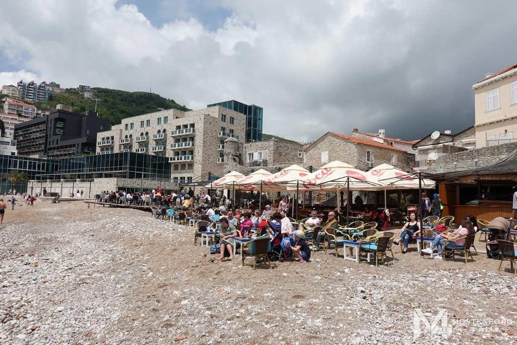 Кафе на пляже у Староого города Будва