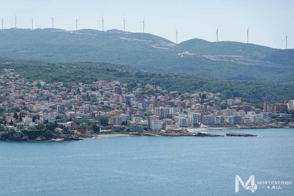 Вид на город и ветренные станции