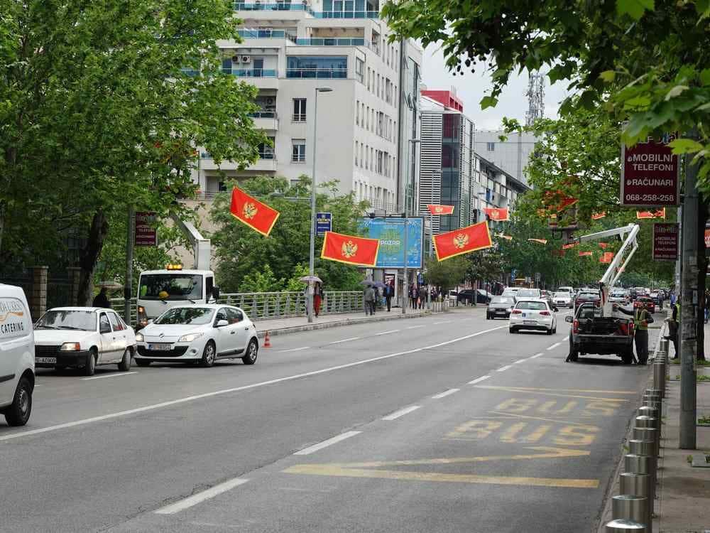 Столица Черногории будет традиционно отмечать 21 мая - День Независимости. Подгорица отмечает День независимости наряжая город государственными флагами. Большое их количество уже установлено на улицами города.