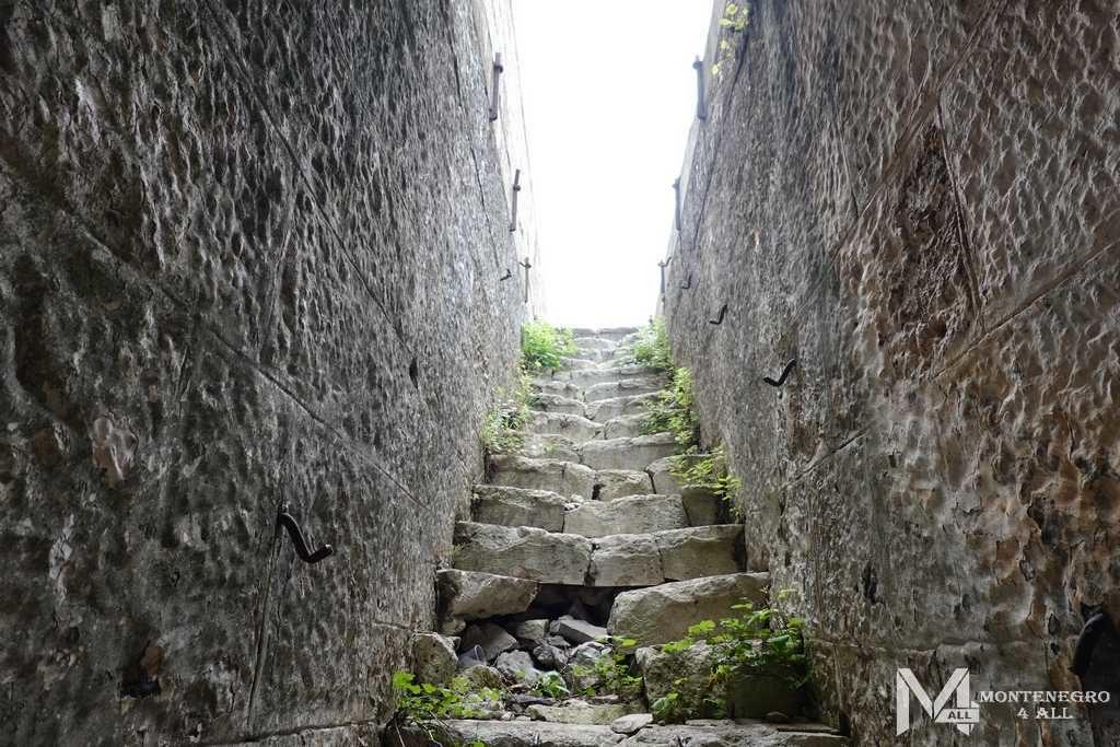Лестница на второй этаж форта Кабала
