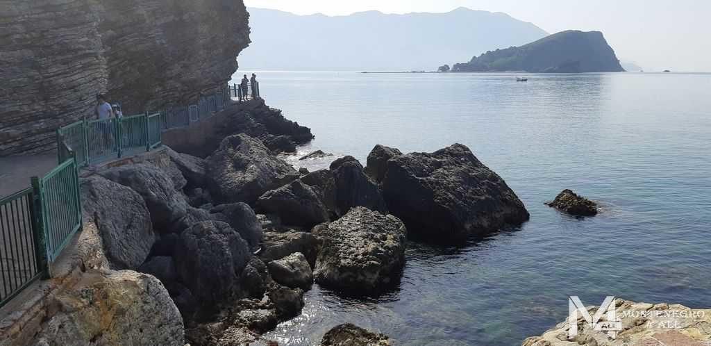 Дорога к пляжу вдоль скал