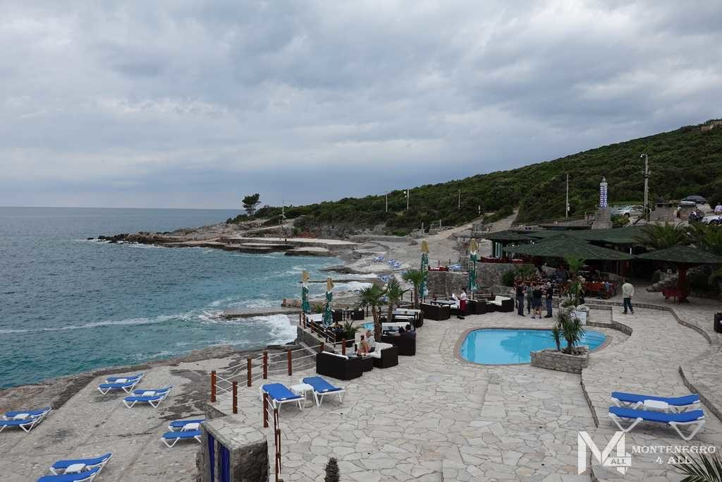 Бассейны на пляже Плоче
