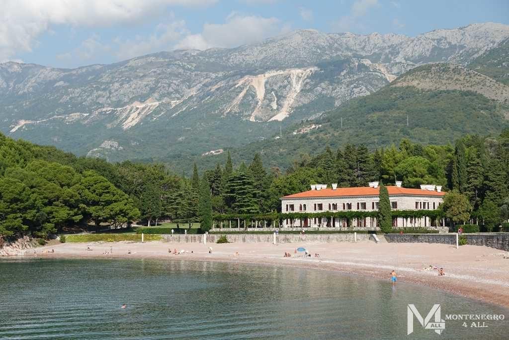 Вид на пляж и отель Милочер