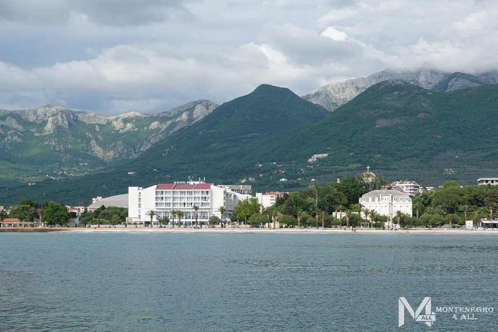 Вид на Дворец короля Николы и город Бар с моря