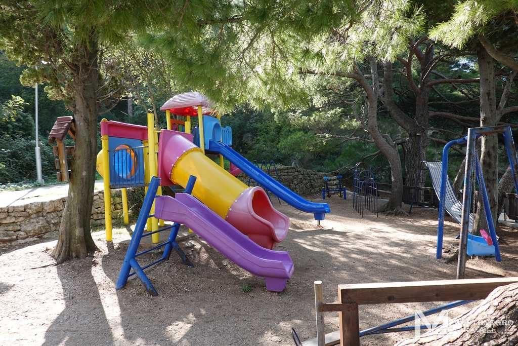 Детская площадка на пляже Лучице