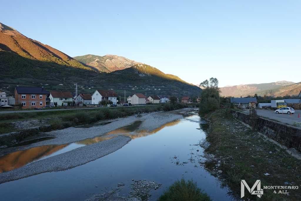 Река протекающая вдоль Гусинье