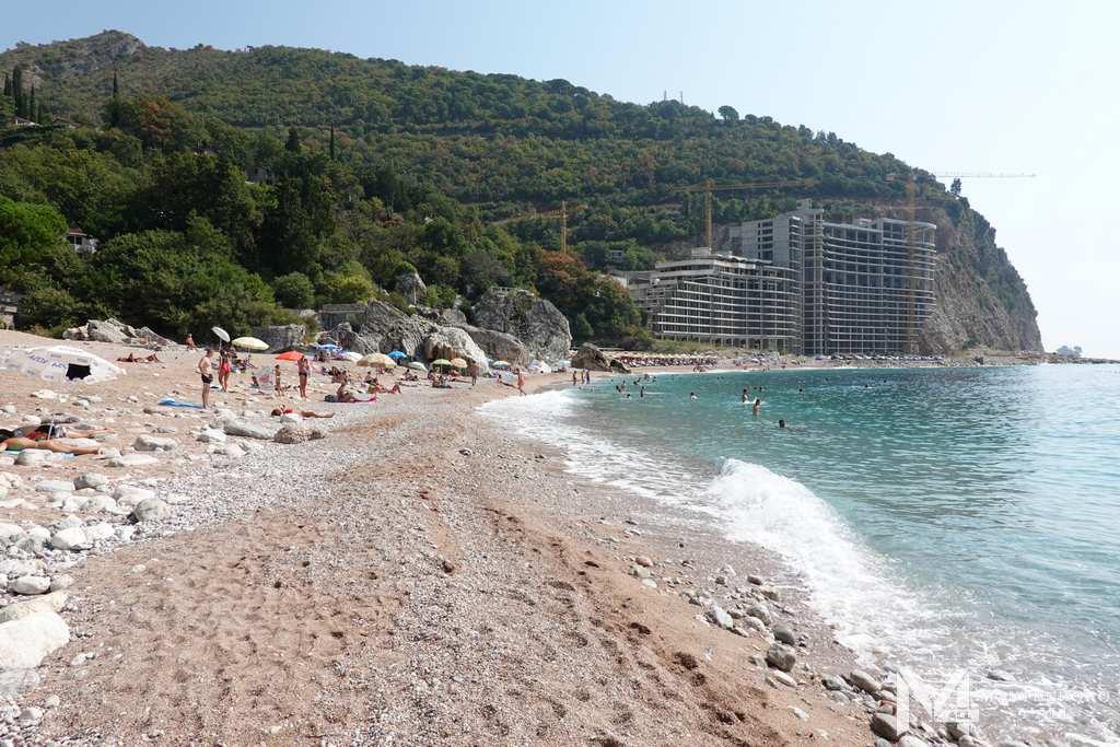 Заброшенный отель на фоне пляжа Перазича До