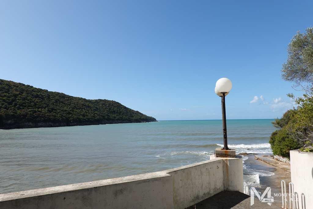 Вид на бухту с территории заброшенного отеля